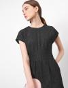 プリーツディテールのキャップスリーブドレス